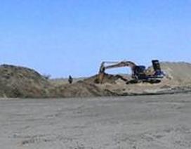 Tập kết cát trái phép phá nát chân đê