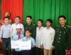 Quỹ Khuyến học Việt Nam giúp 10 triệu đồng đến trẻ mồ côi đồng bào Rục