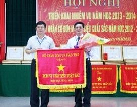Sở GD-ĐT Quảng Bình đón nhận Cờ đơn vị tiêu biểu xuất sắc