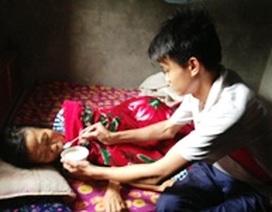 Xúc động trước lòng hiếu thảo của cậu bé không cha, nuôi mẹ ung thư nơi bệnh viện