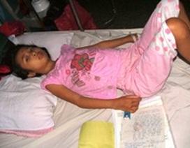 Xót thương em gái 15 tuổi nằm thoi thóp nơi bệnh viện