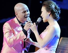 Phan Đinh Tùng âu yếm vợ mới cưới trên sân khấu