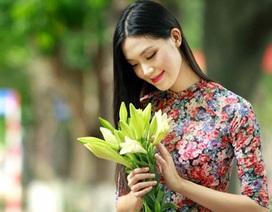 Hoa hậu Thùy Dung duyên dáng áo dài giữa phố Hà Nội