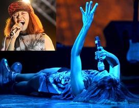 Trần Thu Hà nằm ngửa…hát giữa sân khấu