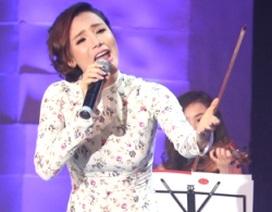 """Hồ Quỳnh Hương bị chê """"hát vô cảm"""""""