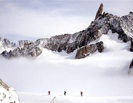 Giao nộp lại kho báu 7 tỷ tìm thấy khi leo núi