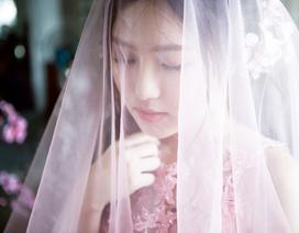 """""""Loay hoay"""" thay đổi hình ảnh, Hương Tràm tìm đến… áo cưới"""