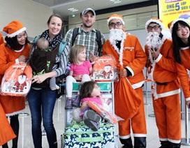 Gần 100 ông già Noel Jetstar Pacfic tặng quà tại sân bay