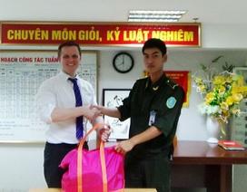 Khách nước ngoài nhận lại hành lý giá trị bỏ quên ở sân bay Nội Bài