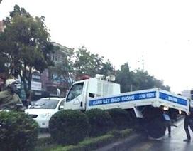 Tránh người đi đường, xe CSGT nằm chênh vênh trên dải phân cách