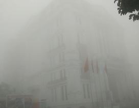 """Cao ốc """"biến mất"""" trong sương mù dày đặc"""