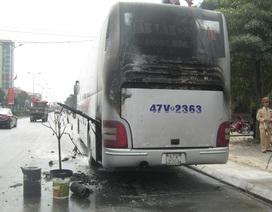 Xe khách bốc cháy, hàng chục người hoảng loạn nhảy khỏi xe