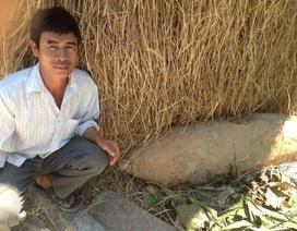 Đào đất đắp đường, phát hiện quả bom dài hơn 1m