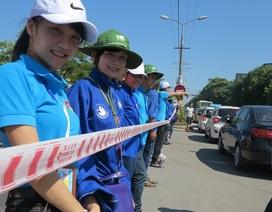 """Sinh viên đội nắng nóng 40 độ lập """"hàng rào sống"""" giúp thí sinh qua đường"""