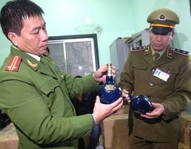 Bắt giữ hàng trăm chai rượu ngoại nhập vô chủ tại ga Hà Nội