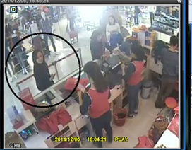 """Hà Nội: Truy tìm đối tượng trộm túi tiền của """"bà bầu"""" trong hàng thời trang"""
