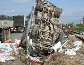 Xe tải bị tàu tông lộn ngược, tài xế không hề thương tích