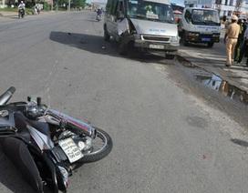Xe khách hất văng xe máy, 2 mẹ con nguy kịch