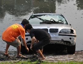 Mất lái, xe BMW lao thẳng xuống sông Tô Lịch