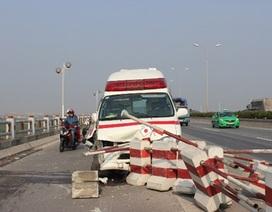 Xe cứu thương mất lái, hất tung dải phân cách cầu Thanh Trì