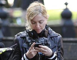 Madonna bị đuổi khỏi rạp vì... nhắn tin trong lúc xem phim