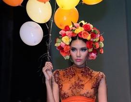 Tân siêu mẫu Việt Nam mang bóng bay lên sàn diễn
