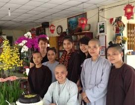 Trương Thị May đi lễ chùa