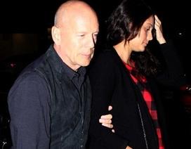 Tài tử Bruce Willis lộ vẻ già nua bên vợ trẻ