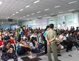 TPHCM: Mỏi mòn chờ mua vé tàu Tết