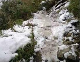 Băng tuyết phủ trắng đường lên đỉnh Fansipan