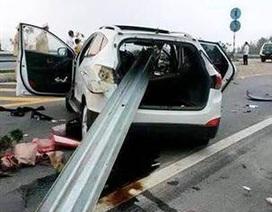 Lan can dải phân cách xuyên thủng ô tô trên cao tốc Nội Bài - Lào Cai