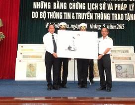 """Trao tặng Học viện Hải quân bộ bản đồ """"Hoàng Sa, Trường Sa của Việt Nam"""""""