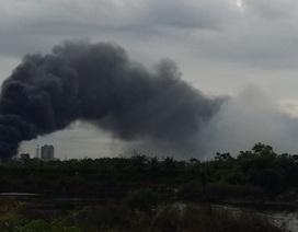 Cháy lớn suốt 4 giờ, khói đen đặc quánh bao trùm cả một vùng