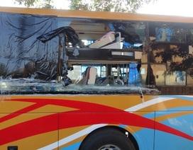 Hai xe khách lại bị ném vỡ kính trên QL14