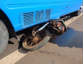 Xe chở 20 hành khách đâm nát xe máy, 2 người tử vong