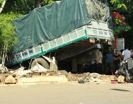 Xe tải tông 2 xe máy, 3 người thương vong