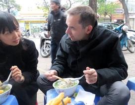 """Đại sứ Pháp """"xì xụp"""" phở vỉa hè Hà Nội"""