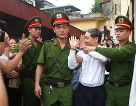 Vợ chồng Dương Chí Dũng mừng ra mặt khi tòa hoãn tuyên án