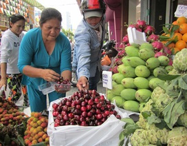 Trái cây, hoa tươi tăng giá vẫn đắt hàng