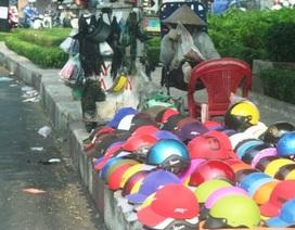 """TPHCM: Mũ bảo hiểm """"dỏm"""" tràn lan trên phố"""