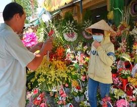 Giới trẻ rủ nhau đi chơi, hoa quà ế ẩm