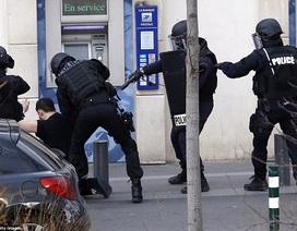 Kẻ bắt cóc con tin tại bưu điện ngoại ô Paris đầu hàng