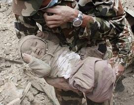 Cứu sống bé 5 tháng tuổi sau 22 giờ bị mắc kẹt do động đất