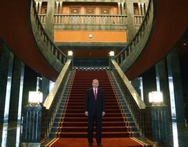 """Tổng thống Thổ Nhĩ Kỳ thách """"tìm thấy bệ xí vàng"""" trong nhà ông"""