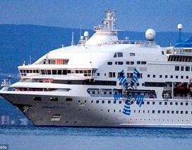 Tàu chở dầu đâm thủng mũi tàu du lịch, hơn 850 hành khách hú vía