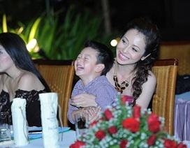 Con trai Jennifer Phạm đi chấm thi người đẹp cùng mẹ