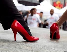 Bật cười với hình ảnh đàn ông đi giày cao gót xuống phố