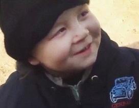 Sốc trước hình ảnh em bé 4 tuổi cầm súng ở Syria