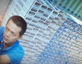 Khám nhà đối tượng bị tạm giữ do buôn thuốc lá ngoại nhập lậu