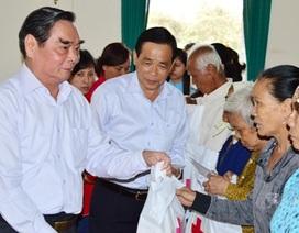 Thường trực Ban Bí thư Lê Hồng Anh trao quà Tết cho người nghèo